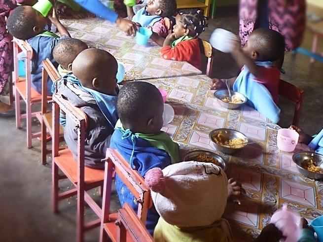 Pomagamy dostarczyć wodę dla maluchów ze żłobka w Kamerunie