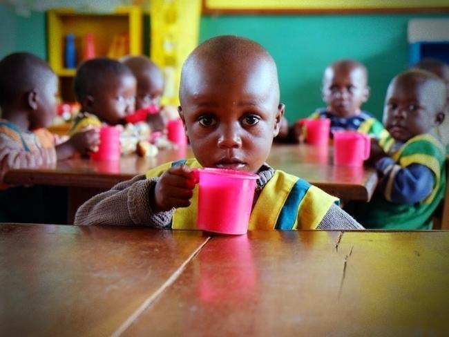 Karmimy dzieci w przedszkolu w kameruńskiej dżungli