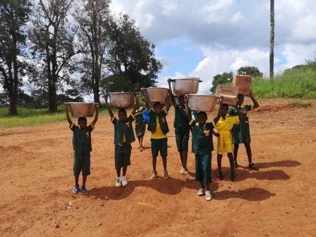 Dzieci ze szkoły podstawowej w Koudadeng